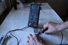 Элемент ААА Varta измерения мультиметром