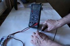 Элемент питания LR44 при измерении мультиметром