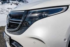 Белый Mercedes EQC