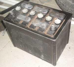 Старый обслуживаемый сурьмянистый автомобильный аккумулятор