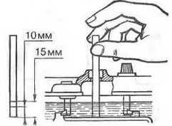 Нужно периодически контролировать уровень электролита в АКБ