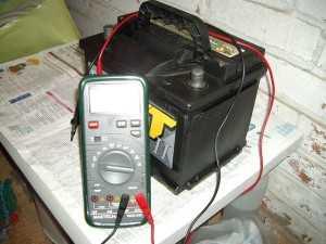 Проверка напряжения аккумуляторной батареи