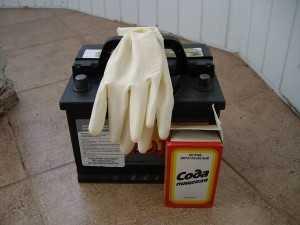 Аккумулятор, резиновые перчатки и пищевая сода
