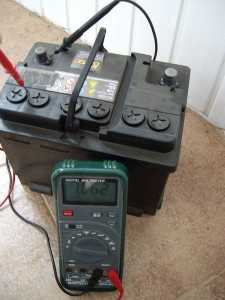 Как видно между выводом и корпусом батареи имеется разность потенциалов