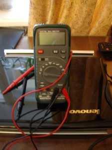 Напряжение аккумулятора можно проверить мультиметром