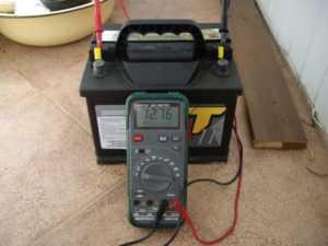 Замер напряжения автомобильного аккумулятора с помощью мультиметра
