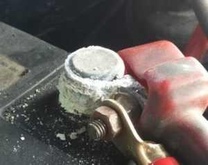 Очистите выводы АКБ и клеммы от окислов