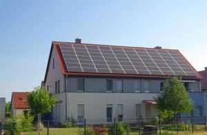 Солнечные модули на крыше дома