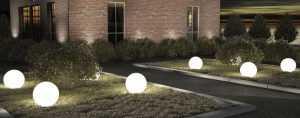 Садовый светильник на газоне