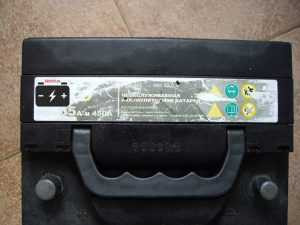 Стикер на крышке аккумулятора